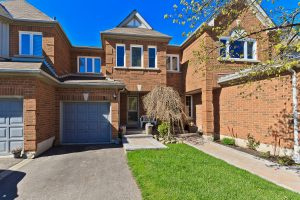 3 Bedroom Townhouse In Erin Mills! Lovely Private Backyard!
